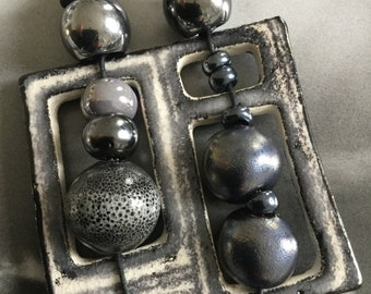 Ceramic necklace with balls of grey color