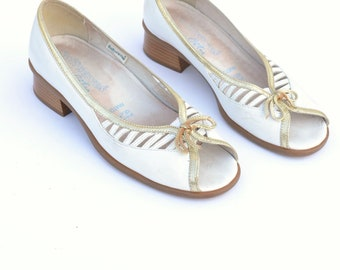 Peep toe vintage leather shoes / white and gold sandals / block heels sandals
