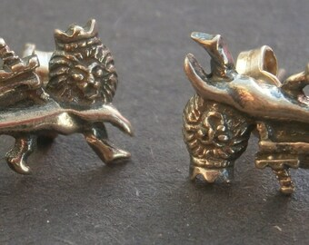 Z63a) One pair of vintage 925 sterling silver royal crowned lion stud earrings