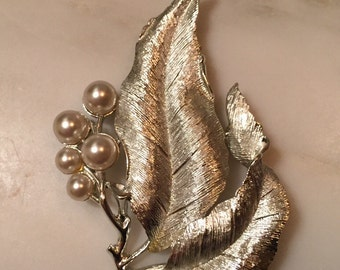 Vintage Sarah Coventry silverone leaf brooch with pearl accents