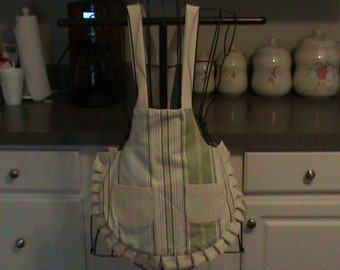 Girl's pleated apron with pockets