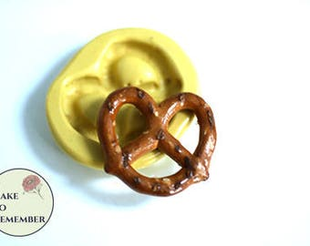 Flexible silicone pretzel mold for cake decorating or crafts. Good with resin, polymer clays, fondant, gumpaste or pmc. M5227