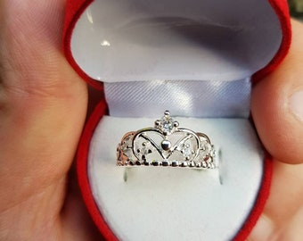 Ladies 925 silver crown ring with diamond style stones in size N comes in heart shaped gift box