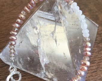 Joyful Pearl. Pearl and moonstone fine silver beacrlet