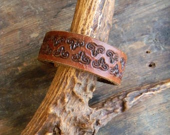 Vintage Leather Cuff Bracelet, Tooled Leather Cuff Bracelet Womens Adjustible Leather Cuff, Repurposed Leather Bracelet, Leather Belt Cuff