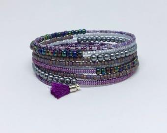 Bracelet manchette dans les tons de violet avec pompon
