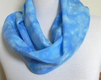 Schattierungen von himmelblau Seidenschal, Hand gefärbt Crepe Silk Schal, fertig zum Schiff