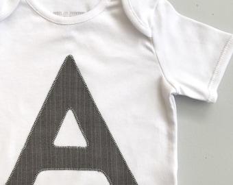 VERKAUF Baby A Name Shirt, Größe 12-18 Monate, initial ein Brief Shirt, Baby Boy Outfit, erste Body, Monogramm-Baby-Kleidung