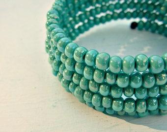 Bracelet, manchette Wrap en perles de verre vert: quai
