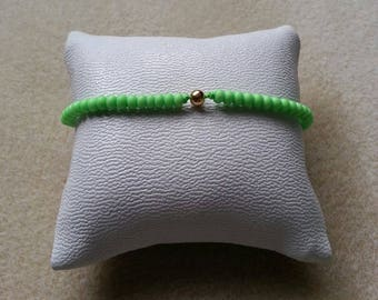 Gold plated bracelet in matte neon green glass beads and pearls