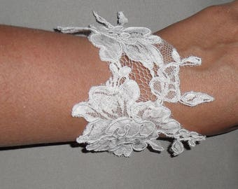 White lace bracelet for the bride.