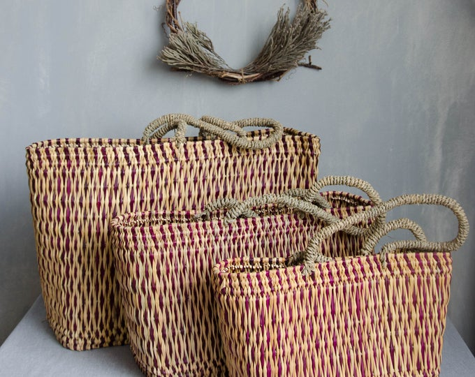 Market bags in rattan + with dark pink details.