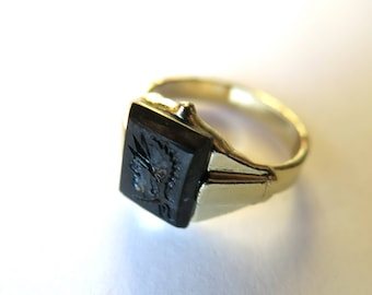 Vintage ring with Roman motif in glass