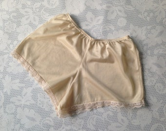 Peaches and cream tap pants / French knickers with lace trim, size Medium - vintage British lingerie
