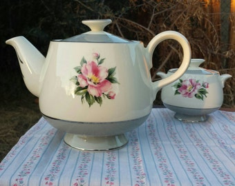 Vintage Homer Laughlin Tea Pot w/lid.