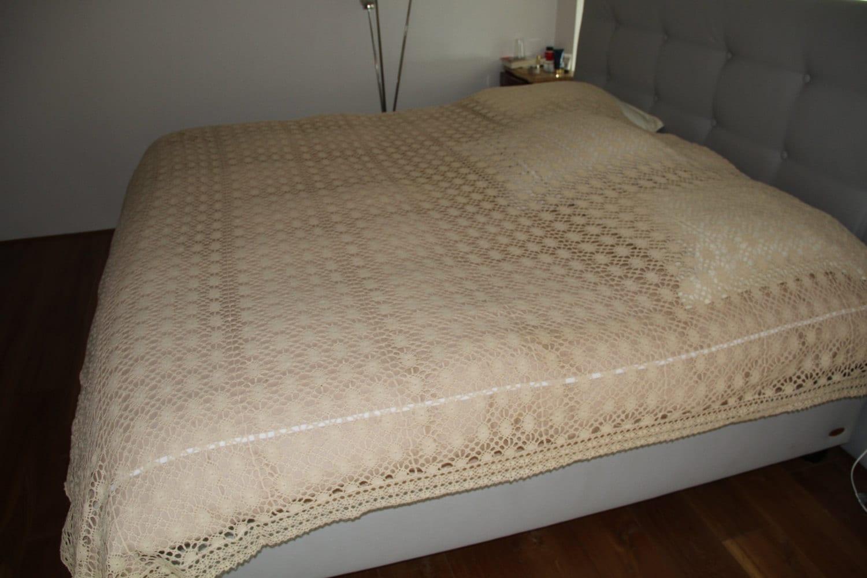 couvre lit dentelle au crochet 240 x 230. Black Bedroom Furniture Sets. Home Design Ideas