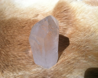 Quartz crystal point with stand up cut base