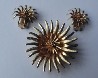 Vintage Gold Tone Sunburst Flower Jewelry Set: Brooch & Clip-On Earrings