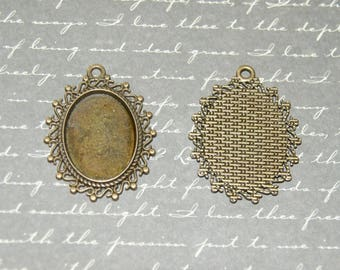Medium scalloped oval cabochon pendant antique bronze