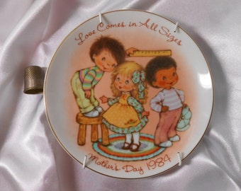 Mothers Day Plate-1984-Vintage Mom Gift-Love Comes in All Sizes- small ceramic plate-Avon collectors plate-children boys girls-mothers gift