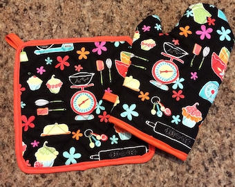 Black baker themed quilted/insulated oven mitt and pot holder set