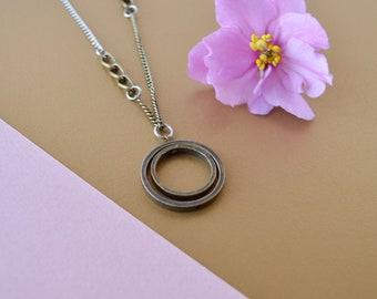 Pendentif double cercle, anneaux laiton antique, collier pendentif géométrique, bijou moderne rond pour femme, chaîne inox et laiton