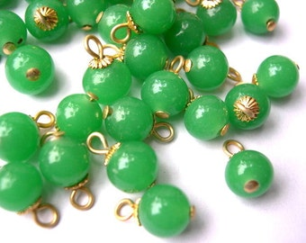 15 Vintage green glass dangling beads 7.5mm