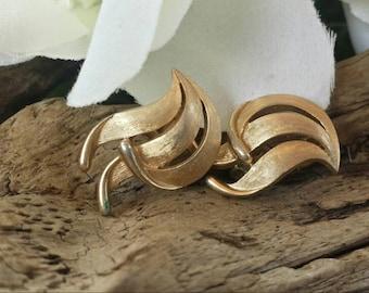 Trifari gold tone earrings/vintage Trifari/Trifari jewelry/vintage earrings/gold tone earrings/vintage clip on earrings