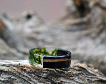 Mens resin band set Mens wedding bands Resin ring set Real moss rings Green black rings Eco-Friendly Rings Gift for him Rustic bands