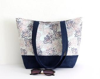 Sac cabas, sac à main en suédine bleu marine et coton imprimé dans les tons vert d'eau, bleu et rose