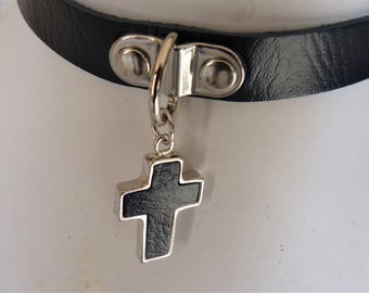 Choker leather and metal cross, or double bracelet rounds