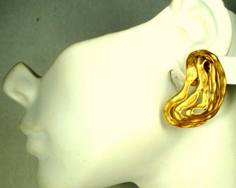 Matte Gold BRUTALIST Clip Earrings, Kidney Shaped Curvy Clips Signed P F P c. 1970s