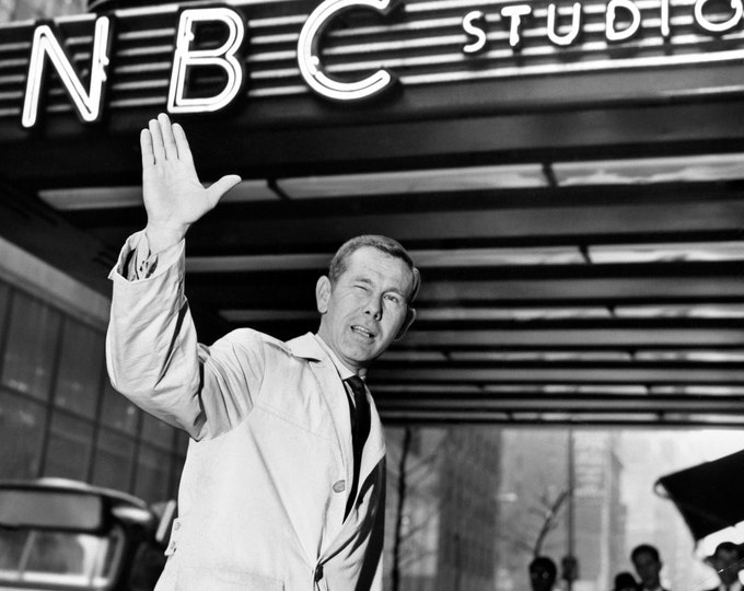 Tonight Show Host Johnny Carson Waves as He Enters the NBC Studios at 30 Rock - 5X7, 8X10 or 11X14 Publicity Photo (AA-186)