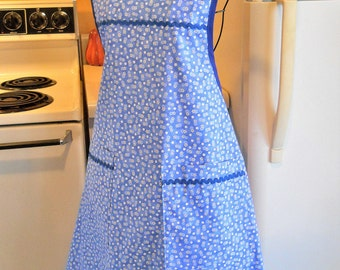 Old Fashioned Grandma Style Full Apron in Blue Floral