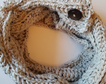 Speckled thick, buttoned cowl