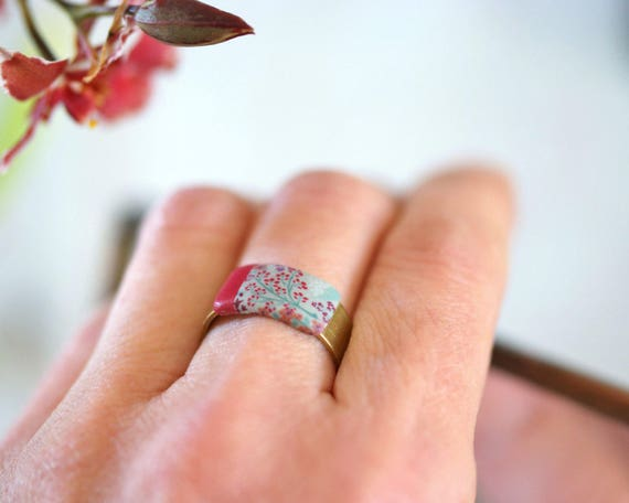 Brass ring with red floral japanese patterns 'Garance'