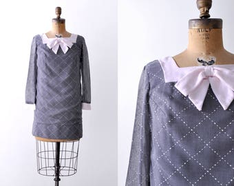 1960's gray mini dress. 60 shift dress. white dashed. mod. S M. Ascot bow.