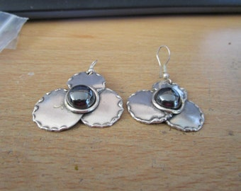"""vintage silvertone clover shaped danging earrings with cabouchon dark stone in excellent  condition 1.75""""drop"""