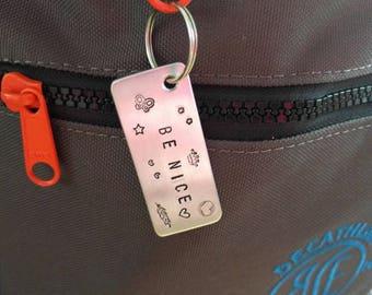 CUSTOM & HANDMADE Aluminium bagage tag voor aan je reistas met quote, naam en telefoonnummer
