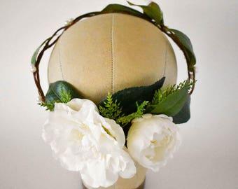 White flower crown Pearl wedding crown with greenery Bridal headpiece White hair wreath Freshwater pearl crown White wedding flowers