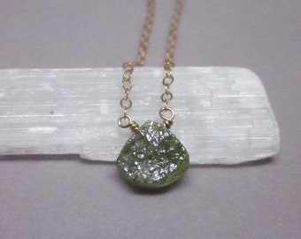 Vésuvianite rock peu remplie d'or collier