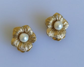 DIOR Christian Dior Flower Faux Pearl Gold Tone Vintage Clip On Earrings