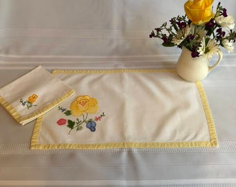Set of Four Appliquéd and Embroidered Placemats and Napkins