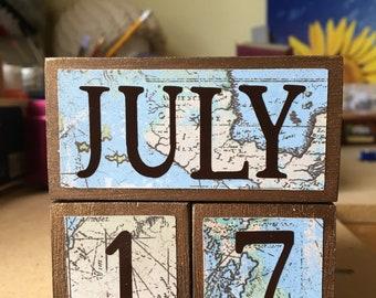 Teacher appreciation gift / WORLD MAP enthusiast / perpetual wooden calendar / professor or history teacher gift / rustic rugged map
