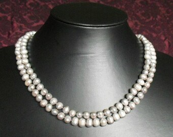 Collier de perles en gris intemporel