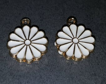2 pendants 11 mm, gold and white flower pendant gold and white flowers