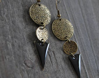 Boucles d'oreilles pendantes, Boucles d'oreilles bohémiennes, Boucles d'oreilles noires, Bijou mandala, Boucles d'oreilles triangle