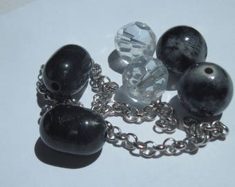6 round and oval beads acrylic and 1 silver plated chain (PV7-50)