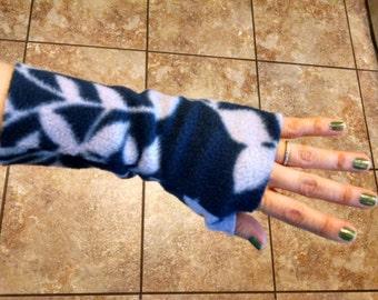 Fingerless wrist warmer/mitten (navy/lavender leaves)
