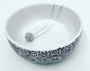 Double-Sided Round Jewelry Dish In Pearl/Solid Black